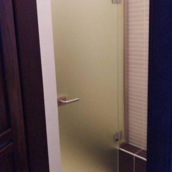 Стеклянные (матовые) двери в туалет