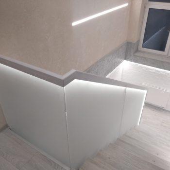 Стеклянное ограждение лестницы с подсветкой