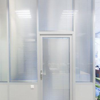 Алюминиевая перегородка со стеклом